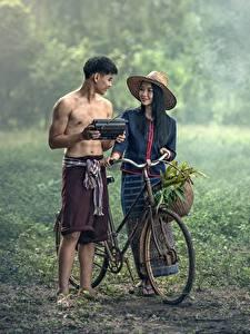 Фото Азиаты Мужчины Вдвоем Велосипед Шляпа Брюнетка Туман