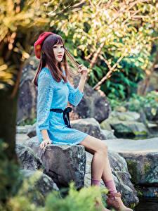 Фото Азиаты Камень Сидящие Платье Ноги Берет молодая женщина