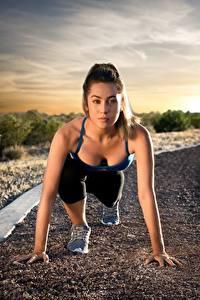 Фото Фитнес Дороги Позирует Смотрит Бежит Старте спортивные Девушки