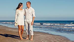 Обои Любовники Мужчины Объятие Пляж Двое Свидании девушка