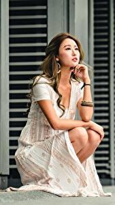 Обои Азиаты Боке Шатенка Рука Платье Сидящие