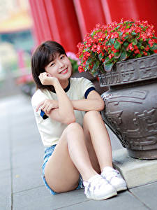 Фото Азиаты Боке Сидит Ноги Шорт Улыбка Смотрит Девушки