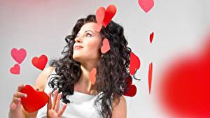 Картинки День святого Валентина Шатенки Платья Сердце молодые женщины