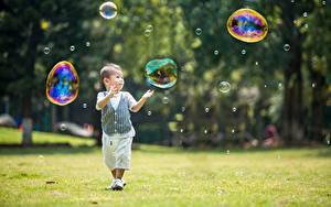 Обои для рабочего стола Азиаты Мальчики Мыльные пузыри Размытый фон Трава Дети