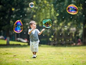 Картинка Азиатка Мальчишка Мыльные пузыри Боке Трава ребёнок