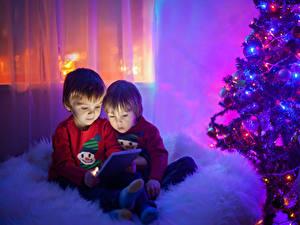 Фото Рождество Планшетный компьютер Мальчики 2 Новогодняя ёлка Ребёнок