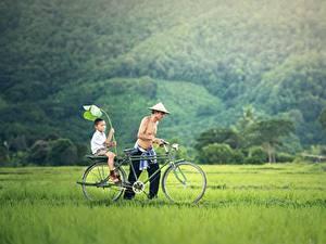 Обои Азиаты Мужчины 2 Трава Велосипед Мальчики Шляпа Ребёнок