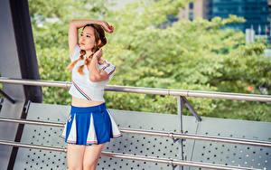 Фото Азиатки Позирует Юбки Футболке Рука Косички Шатенки девушка