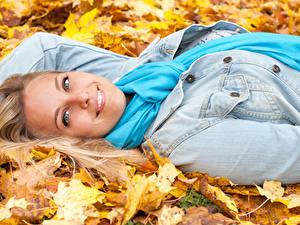 Фото Осень Улыбка Смотрит Девушки