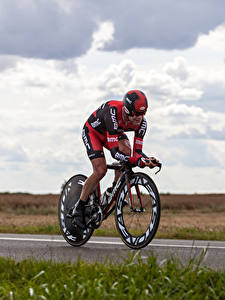 Фото Мужчина Велосипед Тренировка Униформа В шлеме