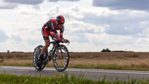 Фото Мужчины Велосипед Физические упражнения Униформа Шлем Спорт