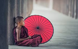 Обои Азиаты Мальчики Зонт Сидящие Униформа monk Ребёнок