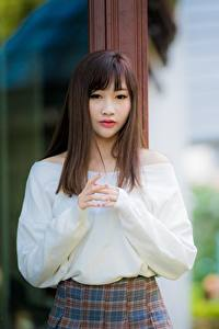 Обои Азиаты Боке Рука Смотрят Шатенка девушка