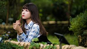 Картинки Азиатка Милые Размытый фон Брюнетка молодая женщина