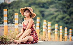 Фотография Азиатки Размытый фон Сидя Ног Платья Шляпа Девушки