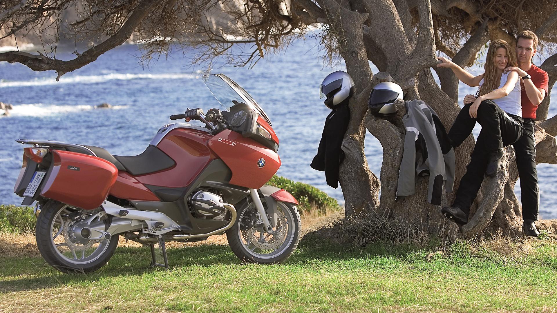 Фото BMW - Мотоциклы Шлем Мужчины 2003-09 R 1200 RT Двое девушка Мотоциклы 1920x1080 БМВ шлема в шлеме мужчина 2 два две вдвоем Девушки мотоцикл молодая женщина молодые женщины