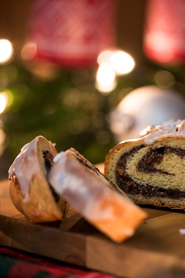 Фото Рулет Рождество часть Пища Разделочная доска Выпечка 640x960 Новый год Кусок Еда Продукты питания