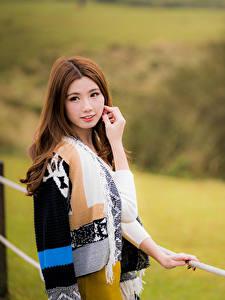 Картинки Азиатки Боке Рука Шатенки Смотрит Миленькие Красивая девушка