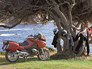 Обои для рабочего стола BMW - Мотоциклы Мужчины Шлем Двое 2003-09 R 1200 RT Мотоциклы Девушки
