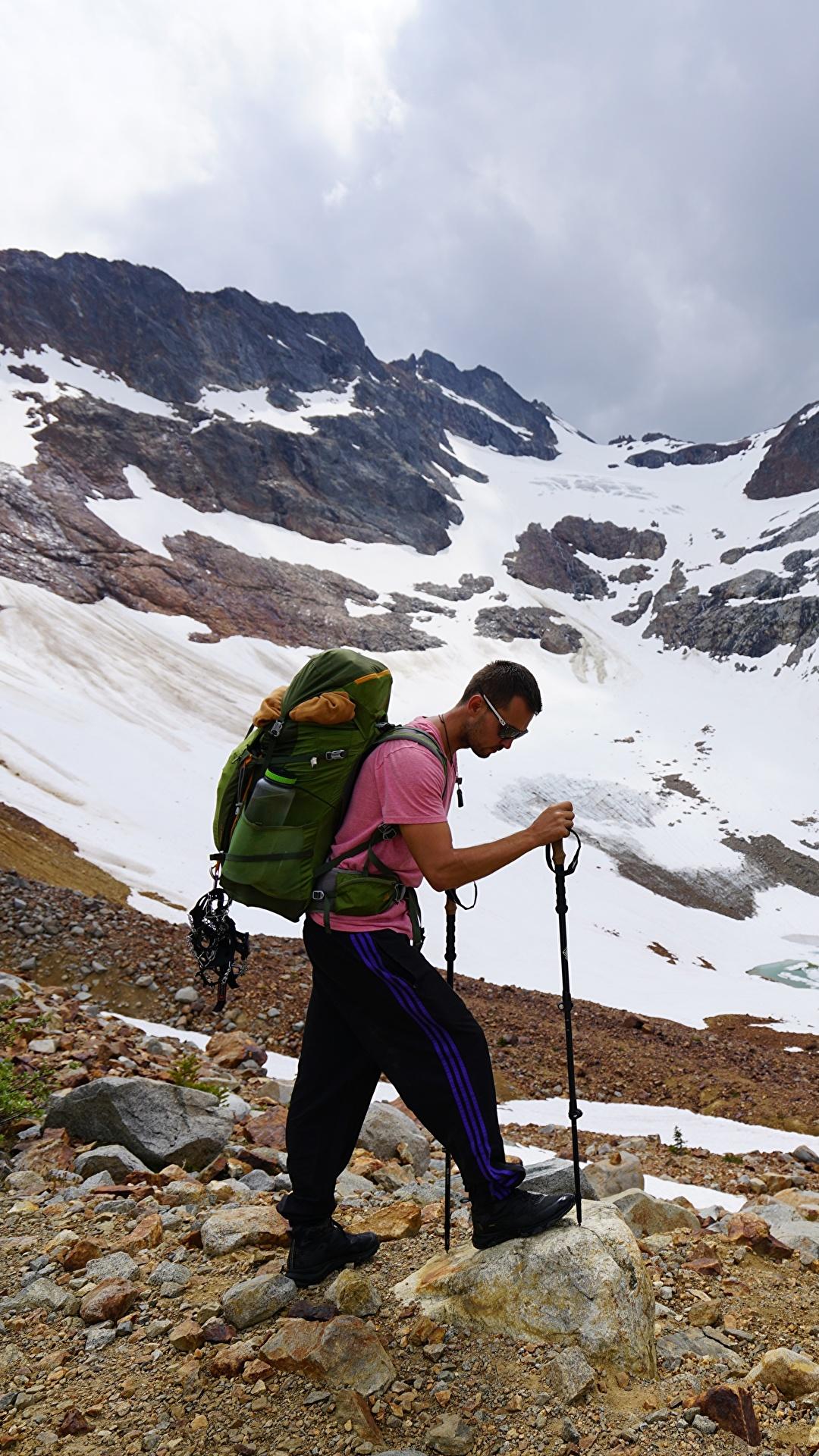 Фото Мужчины Альпинист Рюкзак гора Природа очков 1080x1920 для мобильного телефона мужчина альпинисты Горы Очки очках