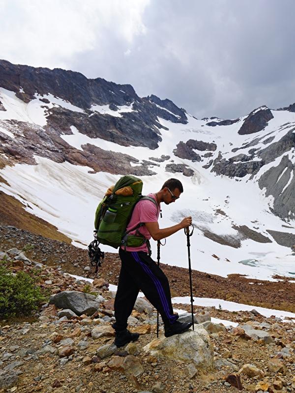 Фото Мужчины Альпинист Рюкзак гора Природа очков 600x800 для мобильного телефона мужчина альпинисты Горы Очки очках