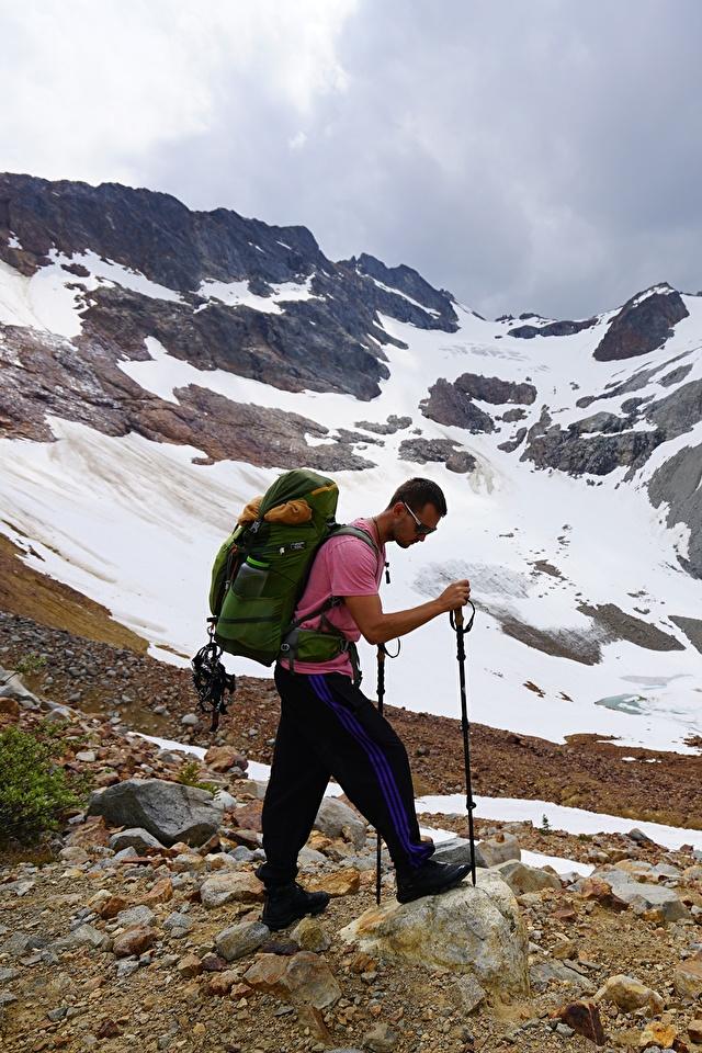 Фото Мужчины Альпинист Рюкзак гора Природа очков 640x960 для мобильного телефона мужчина альпинисты Горы Очки очках