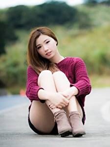Фото Азиатки Шатенки Размытый фон Руки Ног Сидящие Девушки