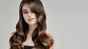 Обои Серый фон Шатенка Волосы Смотрит Красивые Девушки