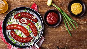 Обои Мясные продукты Сосиска Лук репчатый Кетчуп Сковородка Еда