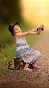Картинки Шляпа Девочки Сидит Чемодан Селфи Фотокамера Дети