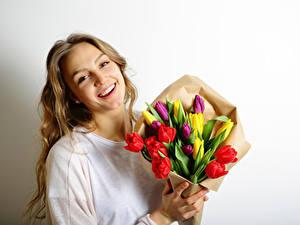 Фото 8 марта Букеты Тюльпаны Блондинка Улыбка Красивые Девушки