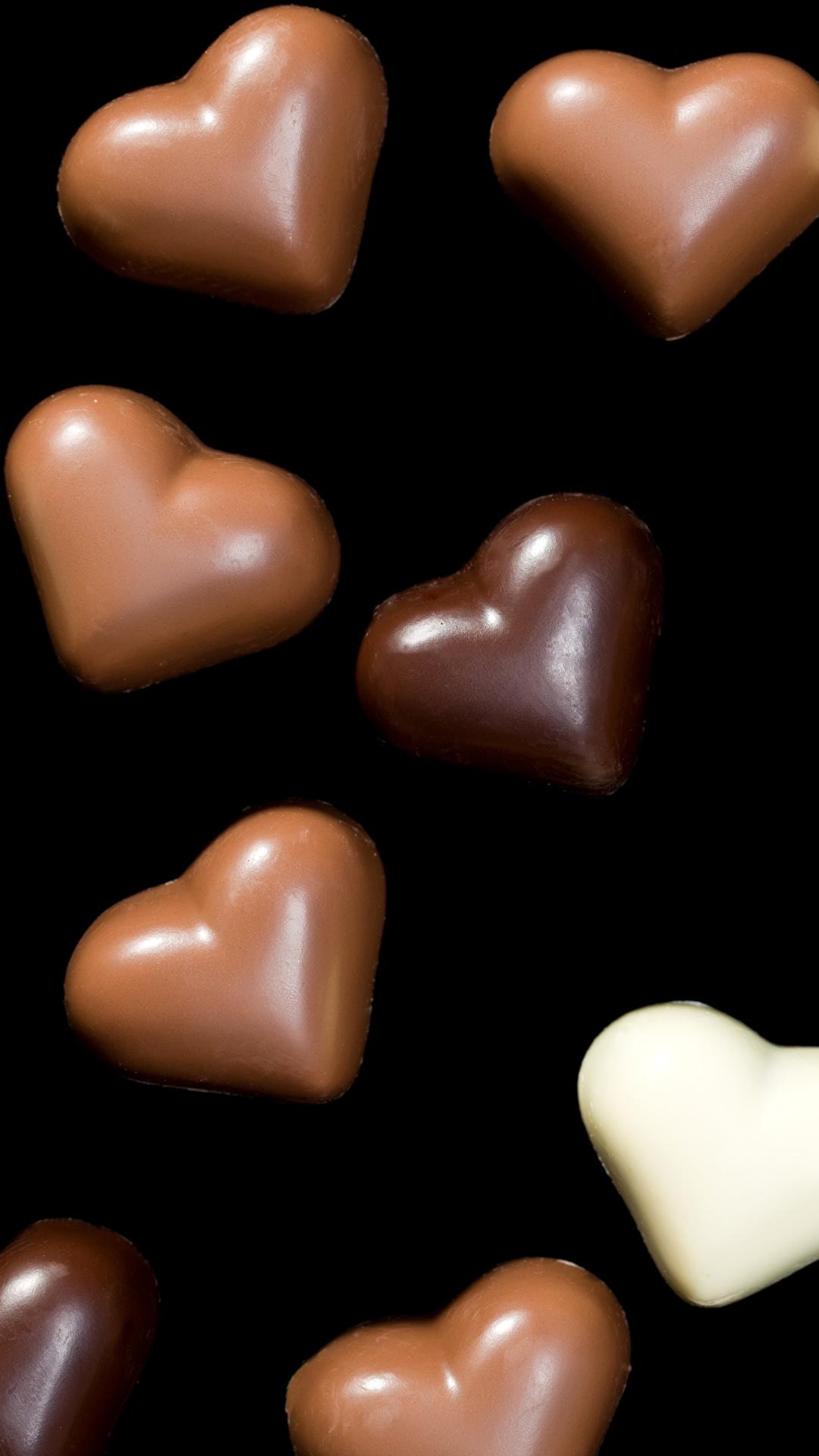 Обои для рабочего стола День всех влюблённых Сердце Шоколад Конфеты Пища Сладости на черном фоне 1080x1920 для мобильного телефона День святого Валентина серце сердца сердечко Еда Продукты питания Черный фон сладкая еда