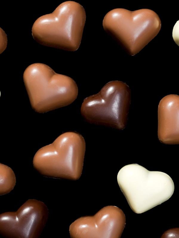Обои для рабочего стола День всех влюблённых Сердце Шоколад Конфеты Пища Сладости на черном фоне 600x800 для мобильного телефона День святого Валентина серце сердца сердечко Еда Продукты питания Черный фон сладкая еда