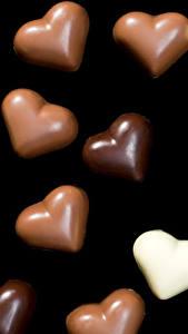 Обои День всех влюблённых Сладости Конфеты Шоколад На черном фоне Сердце