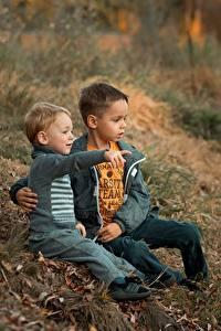 Фотографии Сидит Мальчишки Двое Траве Ekaterina Borisova Ребёнок