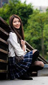 Картинки Азиаты Сидящие Улыбается Смотрят Размытый фон Девушки