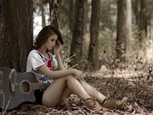 Картинка Азиаты Сидящие Гитара Ствол дерева Красивые Ног Девушки