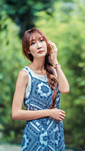 Фотография Азиаты Позирует Платье Коса Смотрит девушка