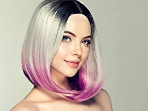 Картинка Блондинка Волосы Мейкап Смотрит Лицо Цветной фон Девушки