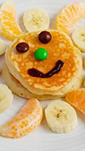 Фотография Креатив Смайлики Блины Фрукты Сладости Апельсин Бананы Тарелка Продукты питания