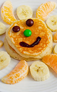 Фотография Креатив Смайлики Блины Фрукты Сладости Апельсин Бананы Тарелке Продукты питания