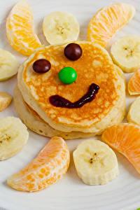 Фотография Креатив Смайлики Блины Фрукты Сладости Апельсин Бананы Тарелка