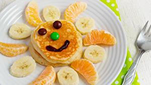 Фотография Креатив Смайлики Блины Фрукты Сладости Апельсин Бананы Тарелке