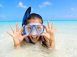 Фото Море Пальцы Счастье Брюнетка Очки девушка