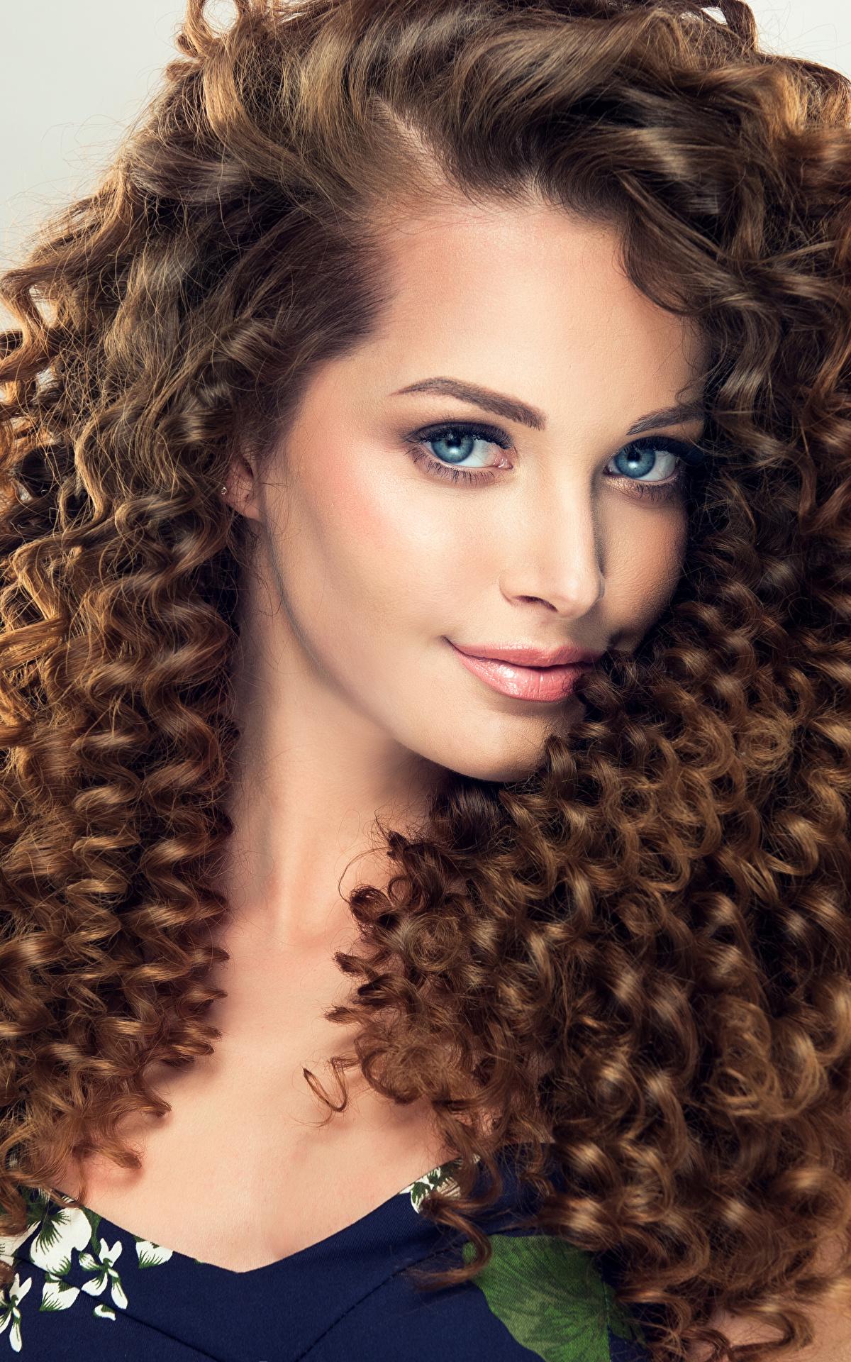 Фотографии Шатенка Красивые Волосы Девушки смотрит Серый фон 1200x1920 Взгляд