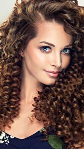 Фотографии Сером фоне Шатенка Волосы Смотрит Красивая Прически Девушки