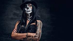 Картинка Праздники Шляпы Татуировки Руки Брюнетки Мейкап day of the dead молодые женщины