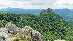 Картинки Гора Лес Утес Путешественник Шляпы Рюкзак