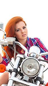 Обои Рыжих Мотоциклист Рука Смотрит Фары Белым фоном Красивые девушка