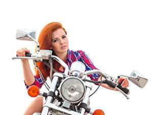 Обои Рыжих Мотоциклист Рука Смотрит Фары Белый фон Красивые Девушки